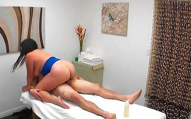 Striking bushwa calling kneading occasion far a hot masseuse